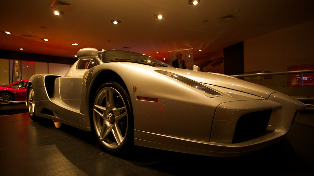 Ferrari World ofreciendo vistas interiores