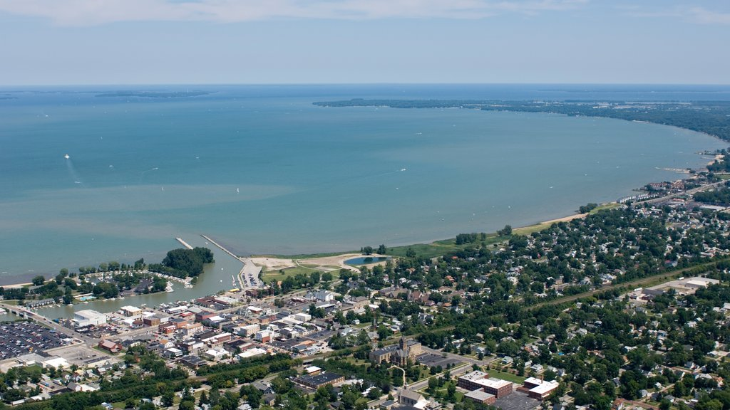 Sandusky showing a coastal town, general coastal views and a bay or harbor