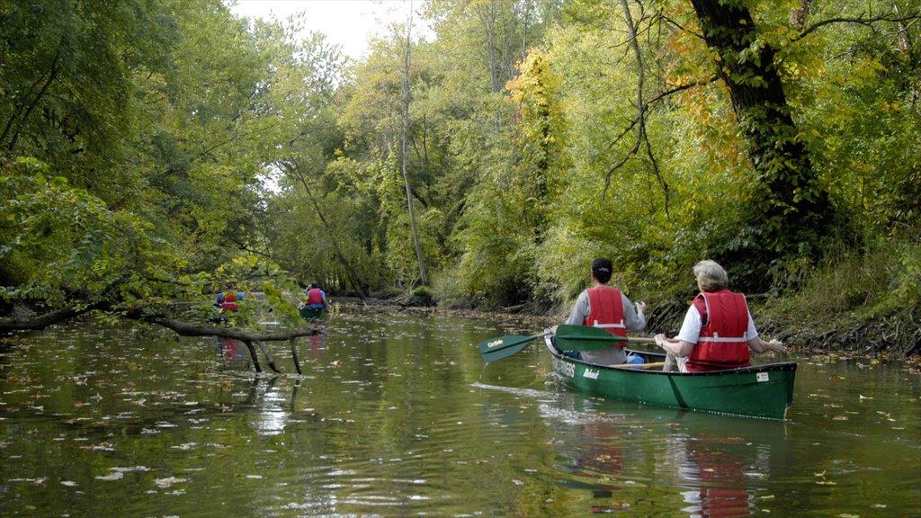Akron ofreciendo vistas de paisajes, un lago o abrevadero y kayak o canoa