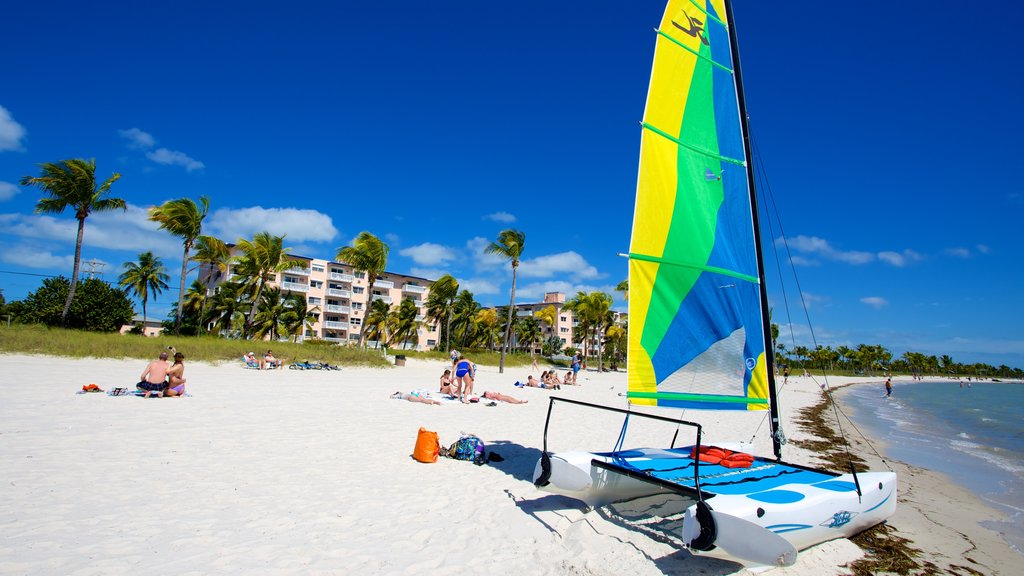 Smathers Beach ofreciendo escenas tropicales, un hotel y una playa de arena