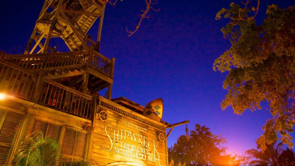 Museo de los Naufragios de Cayo Hueso que incluye señalización y una puesta de sol