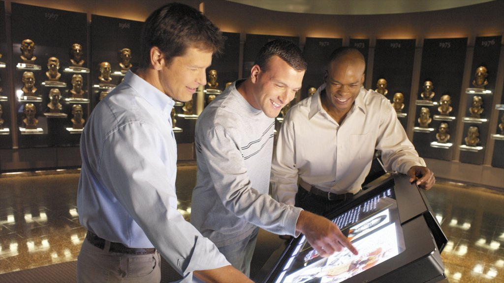 Pro Football Hall of Fame mostrando vistas interiores y también un pequeño grupo de personas