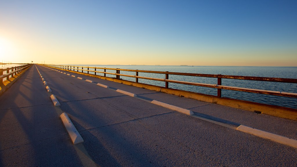 Puente de las Siete Millas mostrando un puente y una puesta de sol
