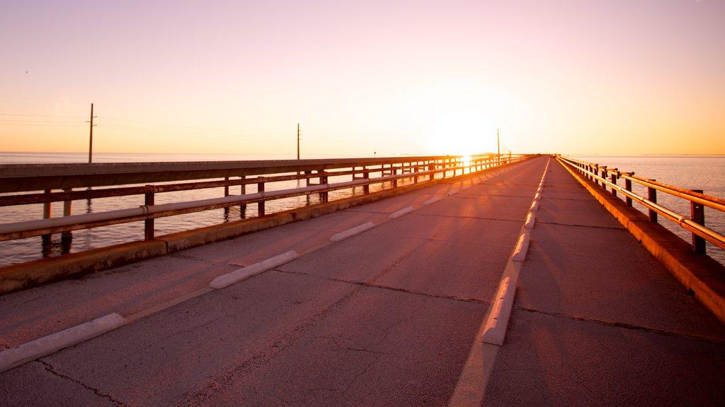 Puente de las Siete Millas que incluye un puente y una puesta de sol