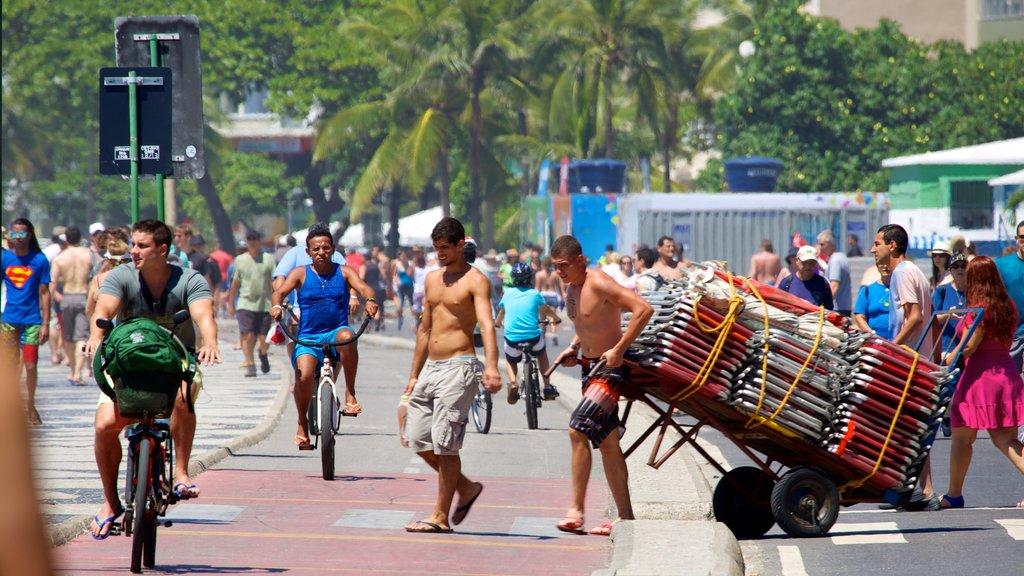 Playa de Copacabana mostrando escenas urbanas y también un gran grupo de personas