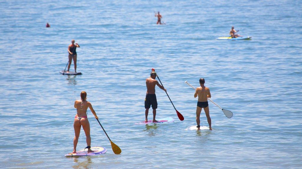 Playa de Copacabana mostrando vistas generales de la costa y deportes acuáticos y también un pequeño grupo de personas