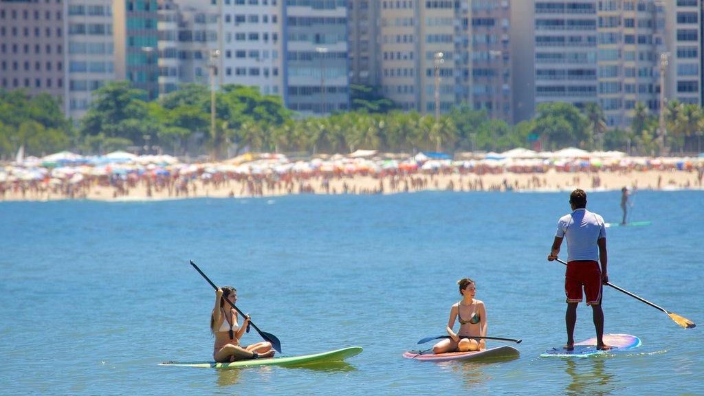 Playa de Copacabana que incluye deportes acuáticos y también un pequeño grupo de personas