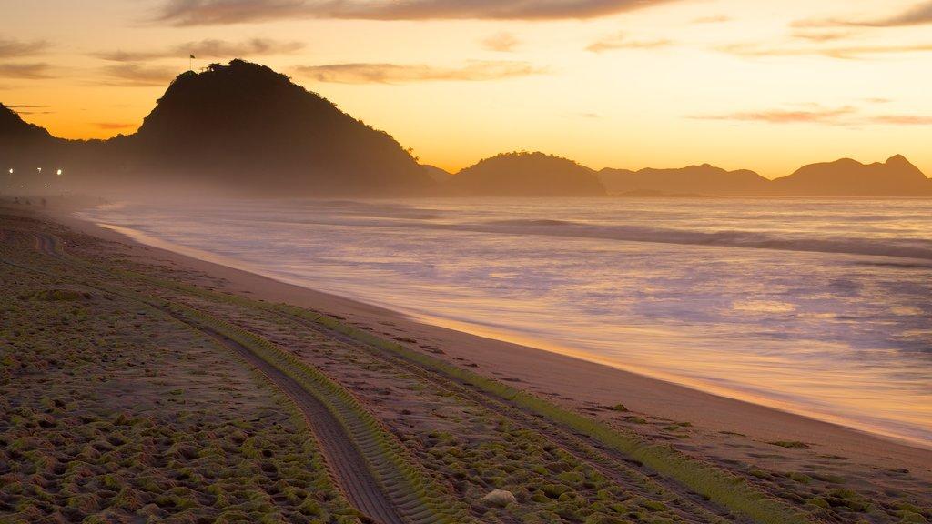 Playa de Copacabana que incluye una puesta de sol y una playa