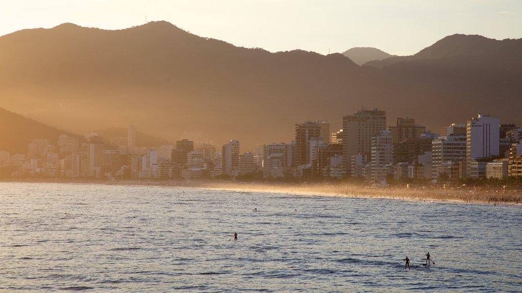 Playa de Arpoador mostrando una ciudad, una puesta de sol y vistas generales de la costa