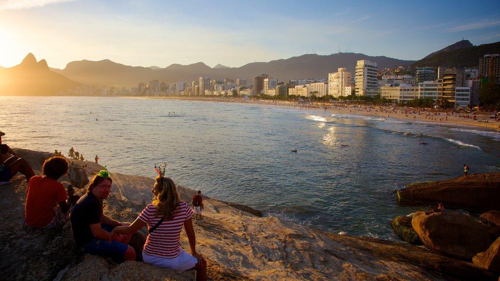 Playa de Arpoador mostrando una puesta de sol