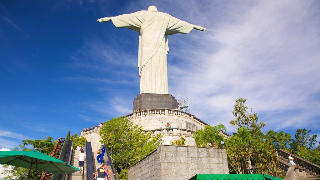 Corcovado que inclui um monumento e uma estátua ou escultura