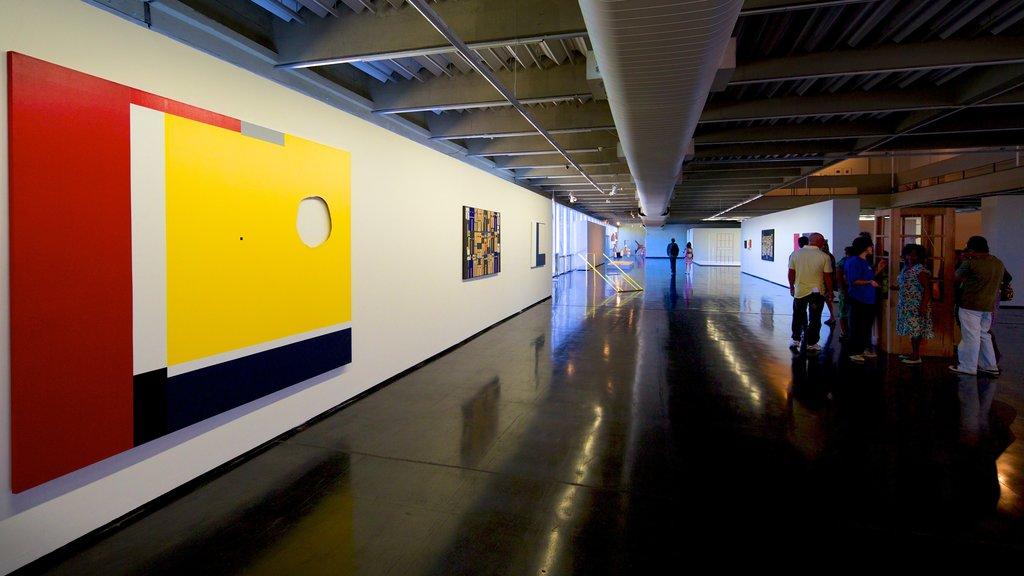 Museo de Arte Moderno ofreciendo arte y vistas interiores