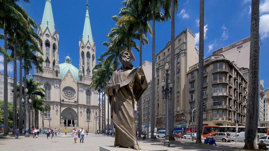 Catedral Metropolitana de São Paulo mostrando uma estátua ou escultura, aspectos religiosos e uma praça ou plaza