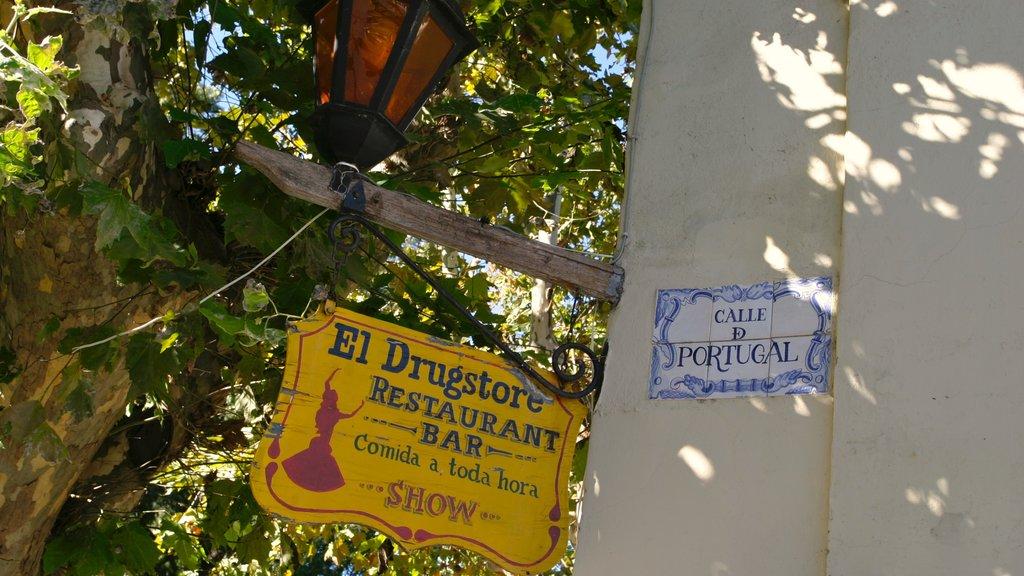 Colonia del Sacramento featuring signage