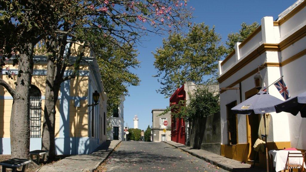 Colonia del Sacramento showing street scenes