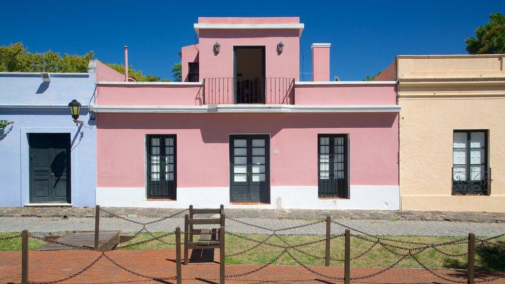 Colonia del Sacramento Plaza de Armas featuring a house