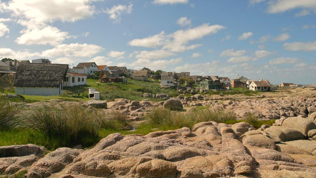 Punta del Diablo ofreciendo una pequeña ciudad o pueblo