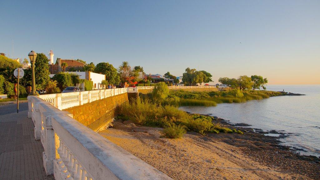 Colonia del Sacramento showing a pebble beach