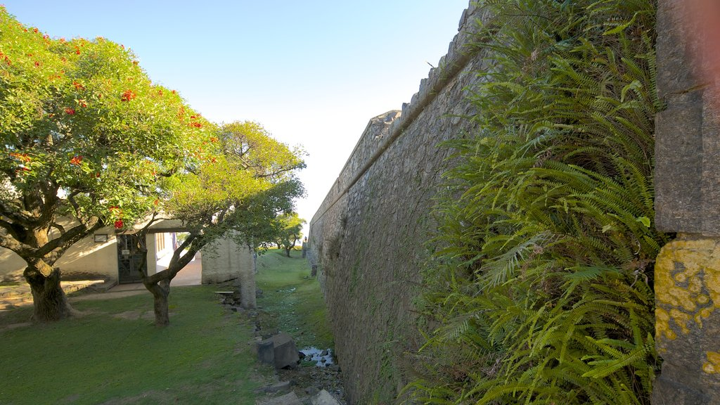 Porton de Campo showing heritage architecture and a park