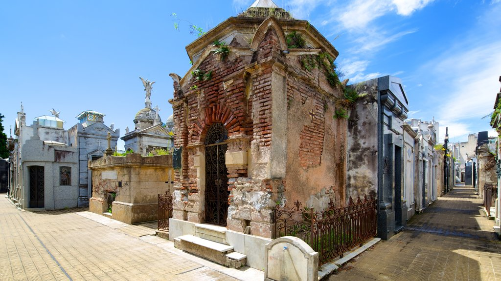 Recoleta Cemetery showing a cemetery