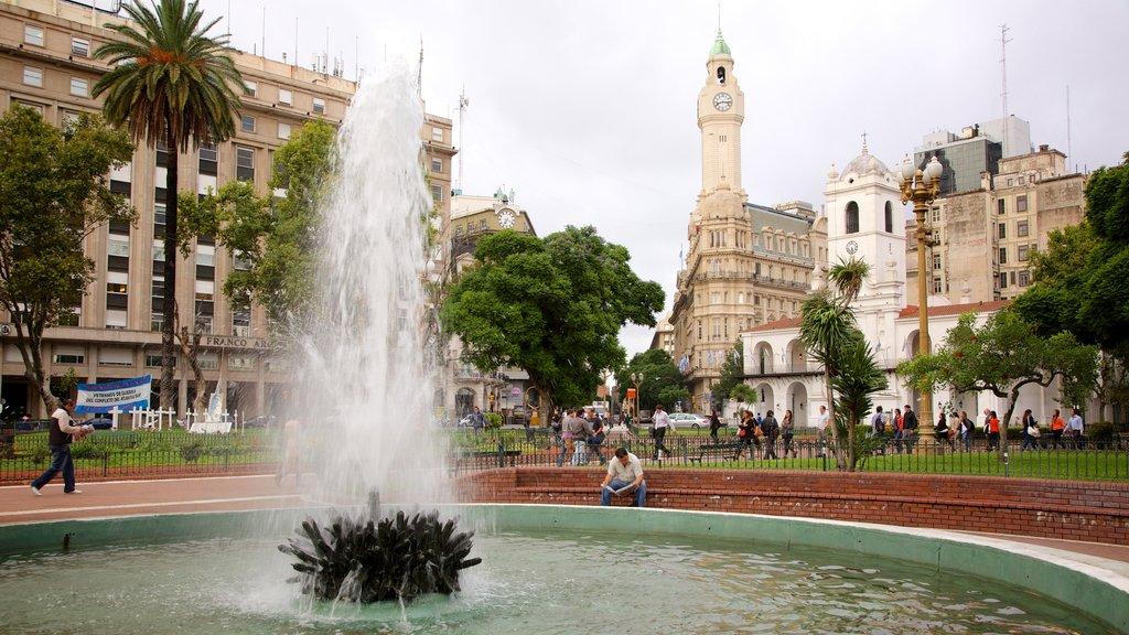 Plaza de Mayo que incluye patrimonio de arquitectura, una ciudad y un parque o plaza