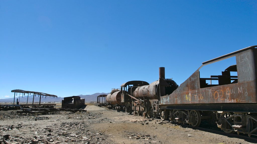 Uyuni featuring a ruin and railway items
