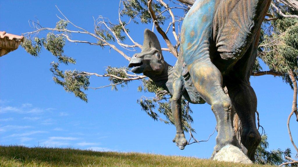 Sucre mostrando una estatua o escultura