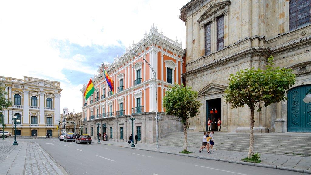 Plaza Murillo ofreciendo patrimonio de arquitectura, escenas urbanas y una ciudad