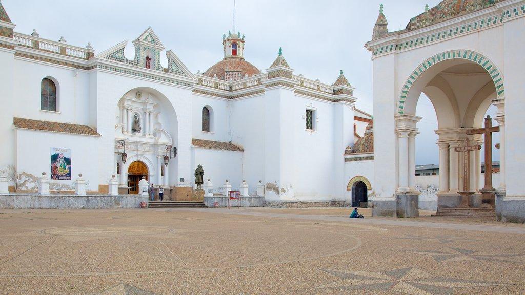 Altiplano ofreciendo elementos del patrimonio y un parque o plaza