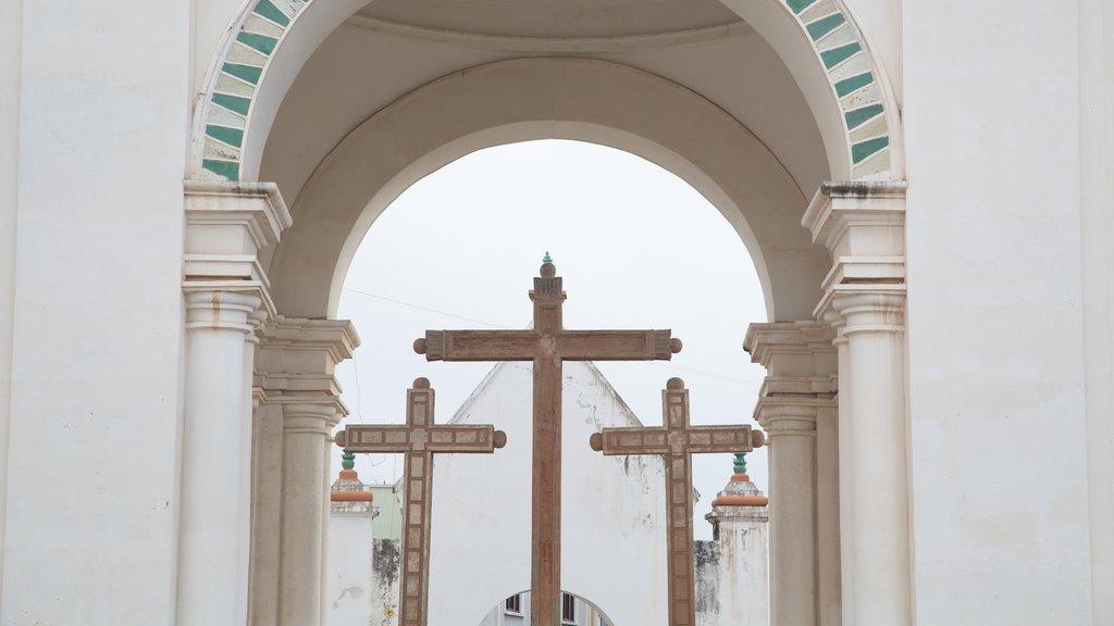 Catedral de Copacabana mostrando una iglesia o catedral, patrimonio de arquitectura y aspectos religiosos