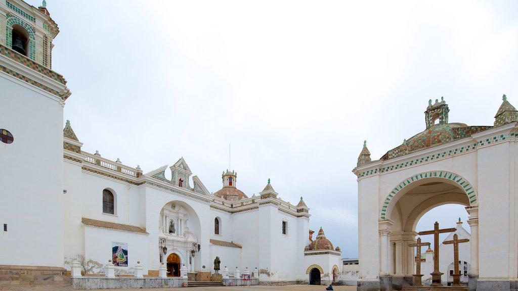 Catedral de Copacabana que incluye aspectos religiosos, una iglesia o catedral y patrimonio de arquitectura