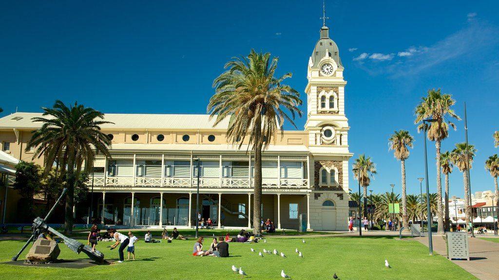 Glenelg Beach showing heritage elements, a park and picnicing