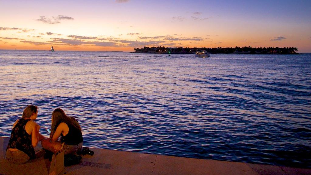Mallory Square ofreciendo una puesta de sol y vistas generales de la costa