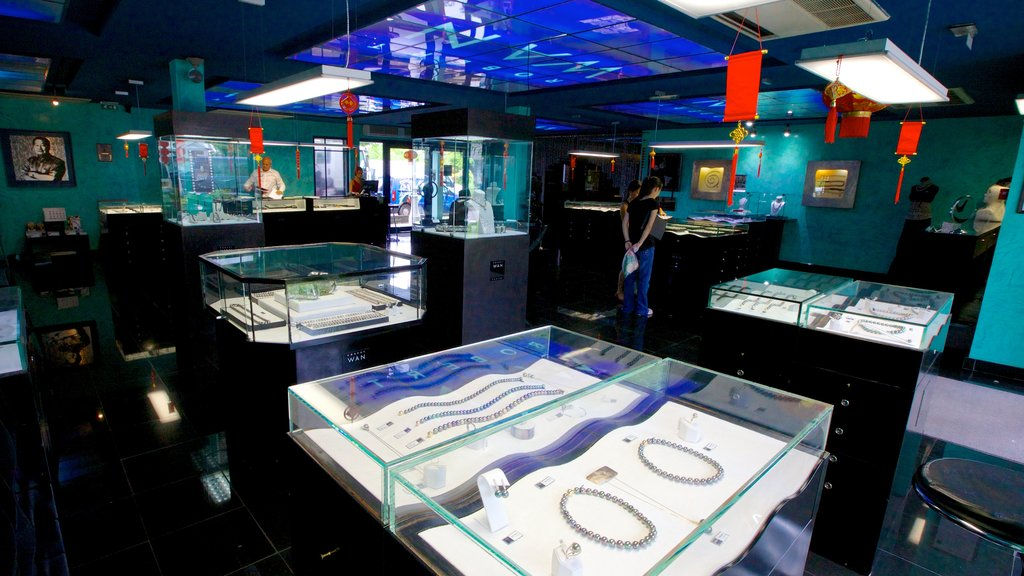 Museo de la Perla Negra que incluye moda, arte y vistas interiores