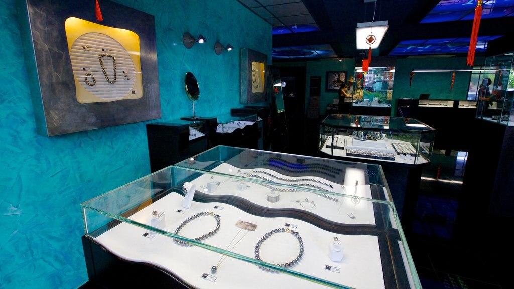 Museo de la Perla Negra que incluye moda y vistas interiores