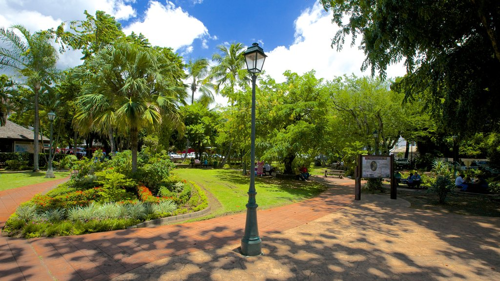 Parc Bougainville which includes a park