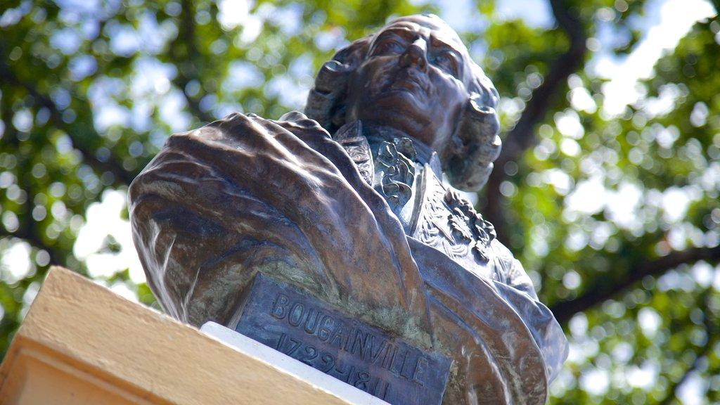 Parc Bougainville que incluye un monumento y una estatua o escultura