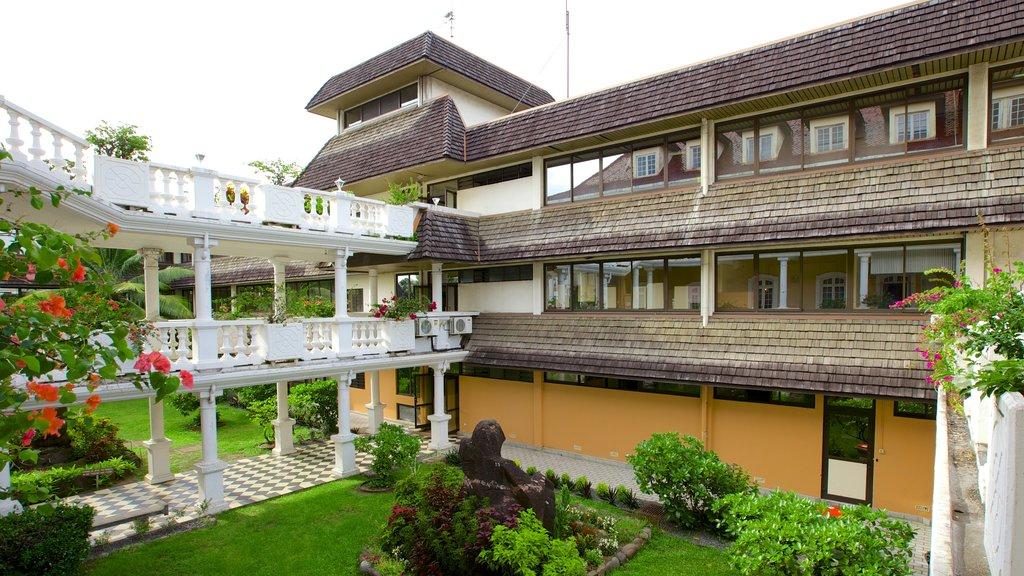 Ayuntamiento de Papeete mostrando un jardín y patrimonio de arquitectura