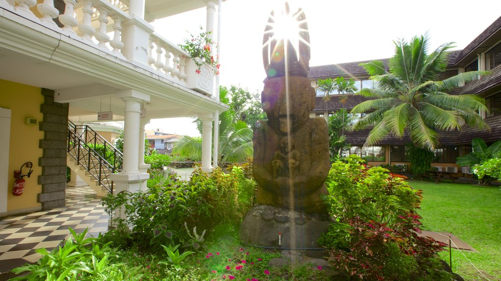 Papeete Town Hall showing a statue or sculpture and a garden