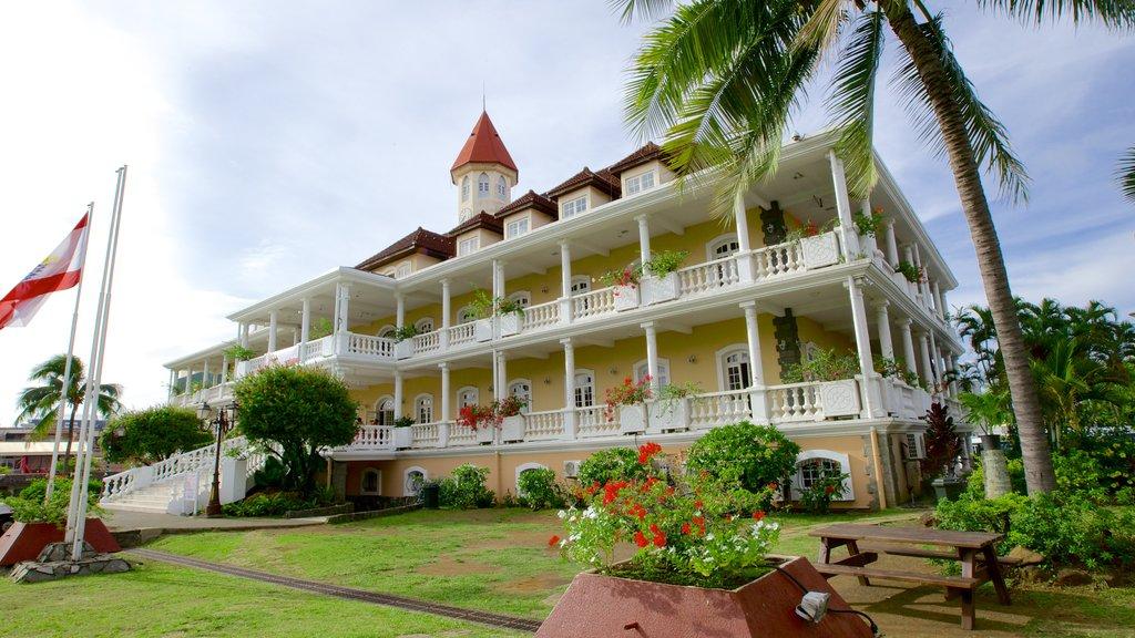 Ayuntamiento de Papeete que incluye un edificio administrativo y un parque