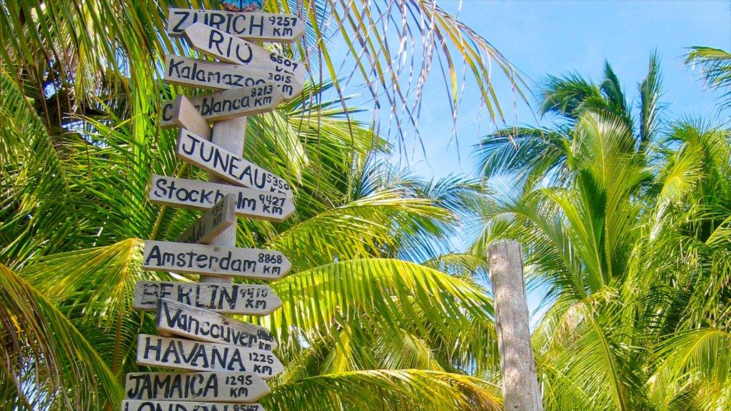 Cayo Corker ofreciendo señalización y escenas tropicales