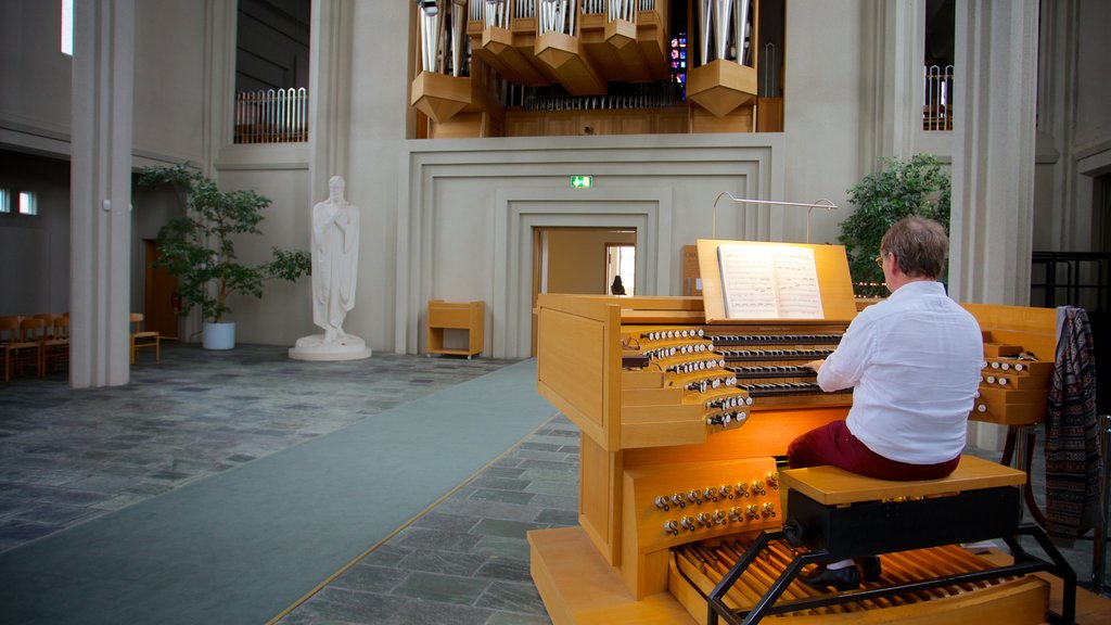 Hallgrimskirkja featuring performance art, interior views and a church or cathedral