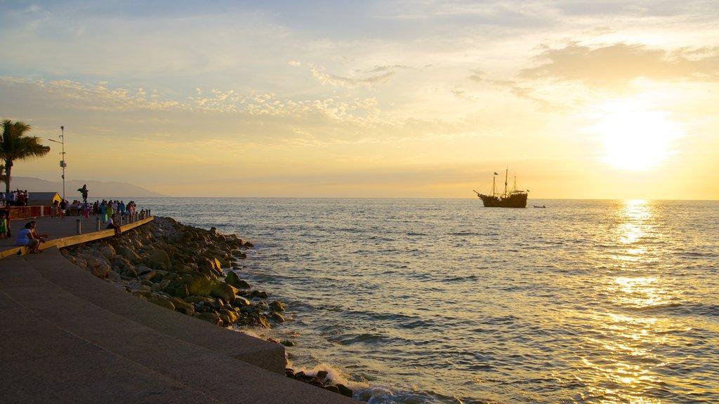 Malecón mostrando costa rocosa y una puesta de sol