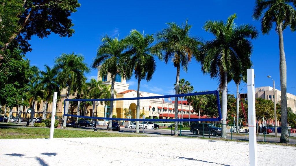 Fort Myers que incluye vistas generales de la costa y escenas tropicales