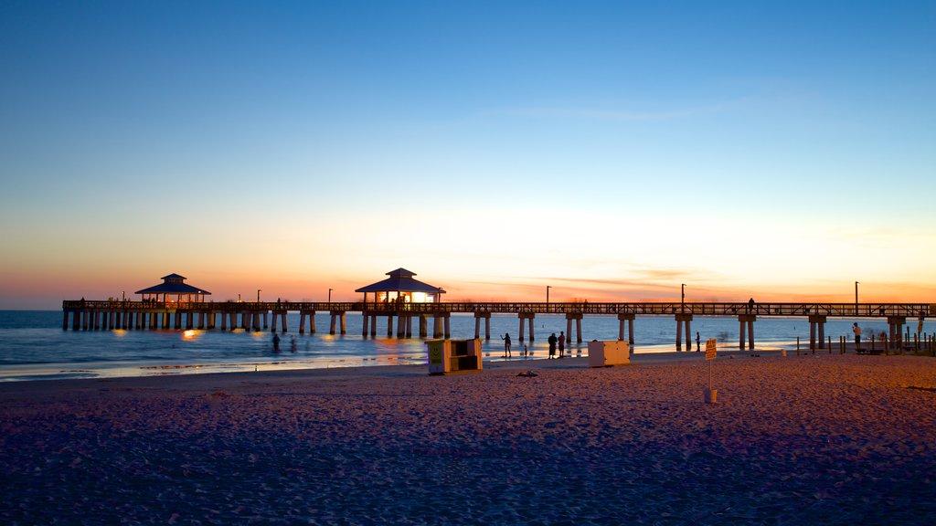 Fort Myers Beach que inclui uma praia e um pôr do sol