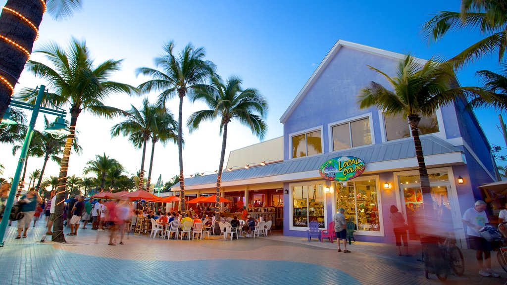 Fort Myers Beach featuring dining out and street scenes as well as a large group of people