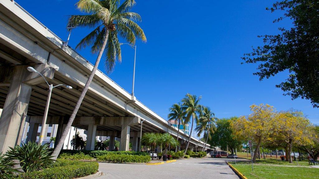 Centennial Park que incluye un jardín y un puente