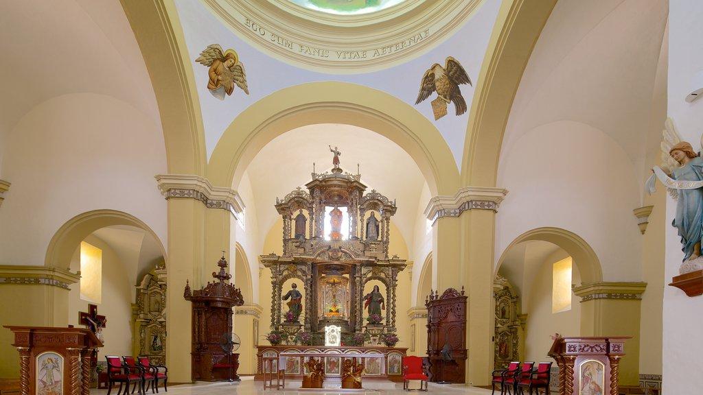 Catedral de Trujillo que inclui aspectos religiosos, vistas internas e uma igreja ou catedral