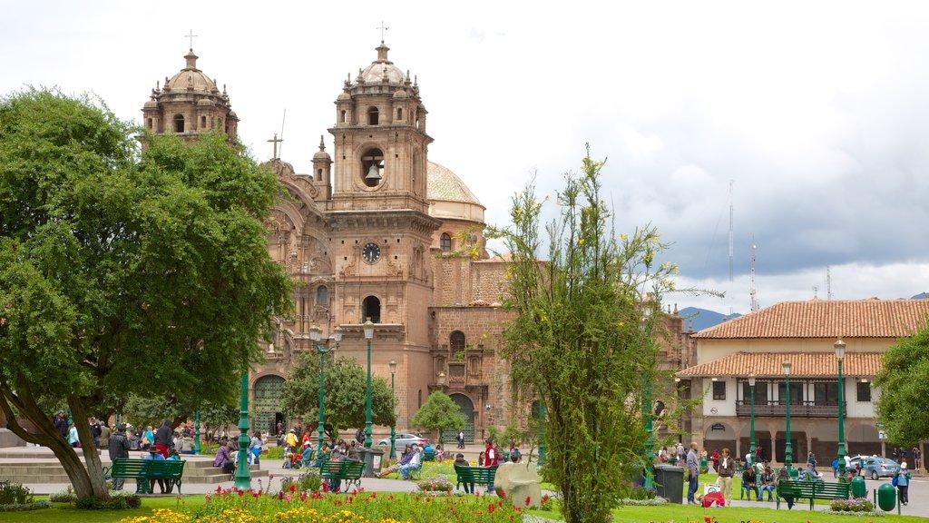Plaza de Armas que incluye un jardín y una iglesia o catedral