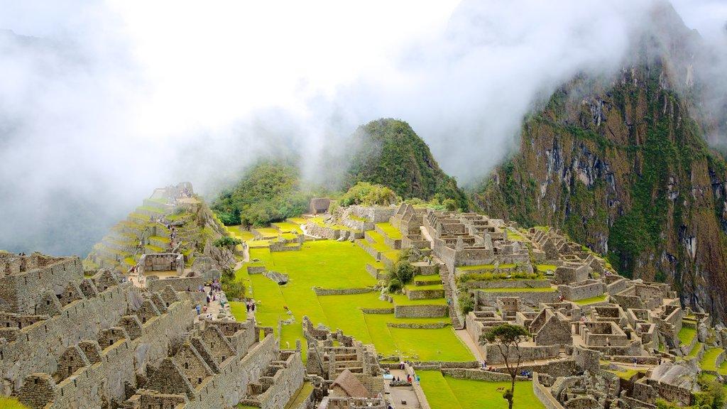 Machu Picchu caracterizando neblina e uma ruína